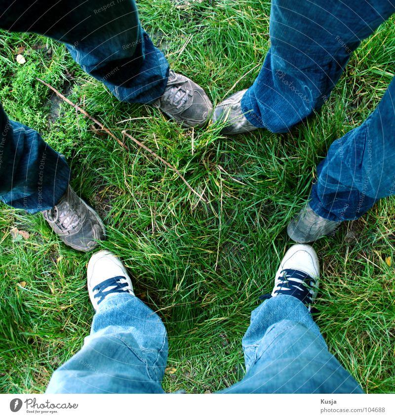 Trio weiß grün blau Gras Menschengruppe Fuß Freundschaft Schuhe 3 Hose
