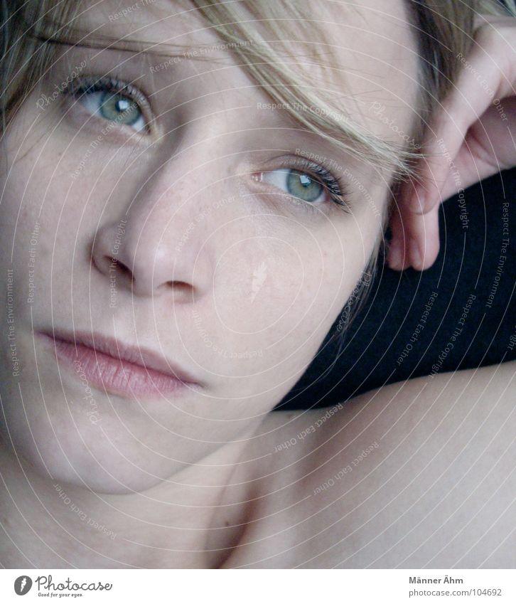 Nur Momente... Frau grün Gesicht Auge träumen Haare & Frisuren Denken blond Ende liegen Konzentration Wissen Schwäche Momentaufnahme gelehrt