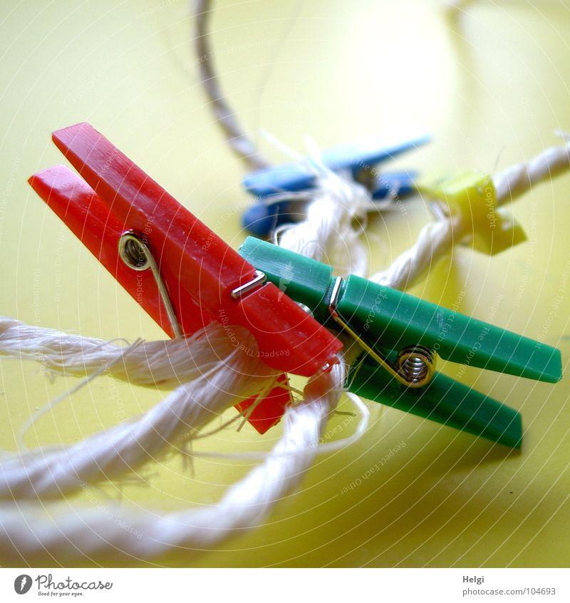 anklammern... weiß grün blau rot gelb Zusammensein Seil festhalten Schnur Draht Zusammenhalt Entertainment Haushalt Klammer Wäscheklammern nebeneinander