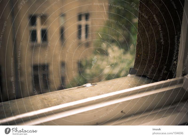 3 1/4 Fenster Fensterbrett Hinterhof Verfall schön Bank Regen Wassertropfen Bauernhof fantastisch