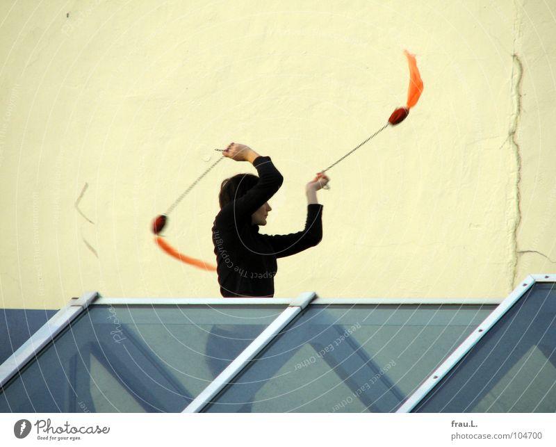 Zuza von Dach Frau jonglieren Schwanz üben Freizeit & Hobby Dachfenster Dachgiebel Haus Oberlicht Ritual Anmut Freundlichkeit Wand Spielen Poi Swinging