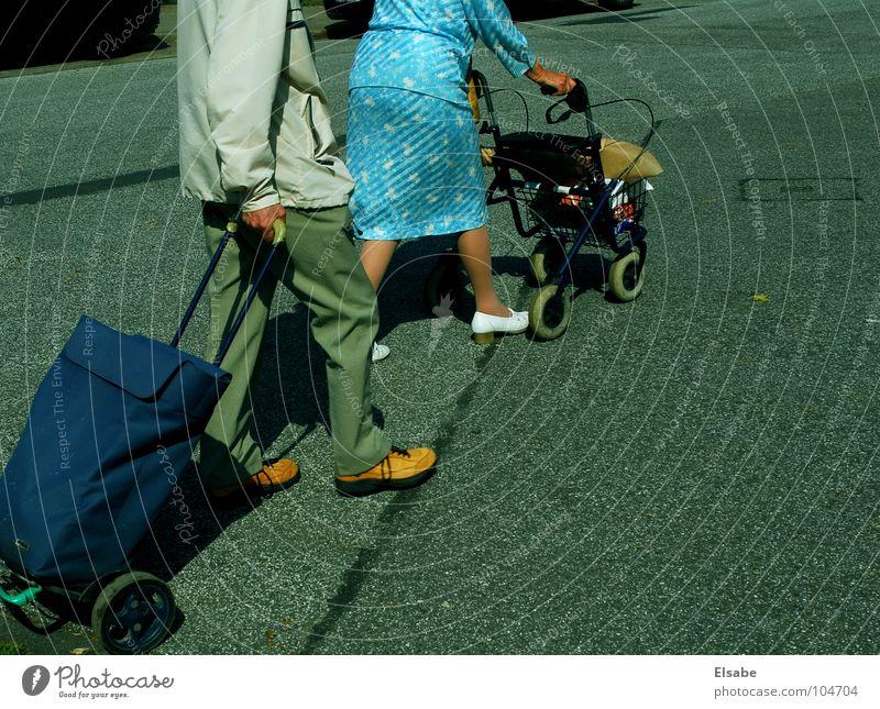 links-rechts-links und wenn frei.... blau Sommer ruhig Straße Senior grau Freizeit & Hobby kaufen Kleid Asphalt Verkehrswege Markt Ruhestand Gehhilfe Generation Mischung