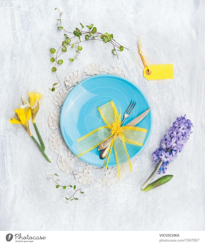 Blaue Teller mit Messer, Gabel und Frühlingsblumen Natur Blume gelb Leben Foodfotografie Stil rosa Design Dekoration & Verzierung Ernährung Tisch Schnur Küche