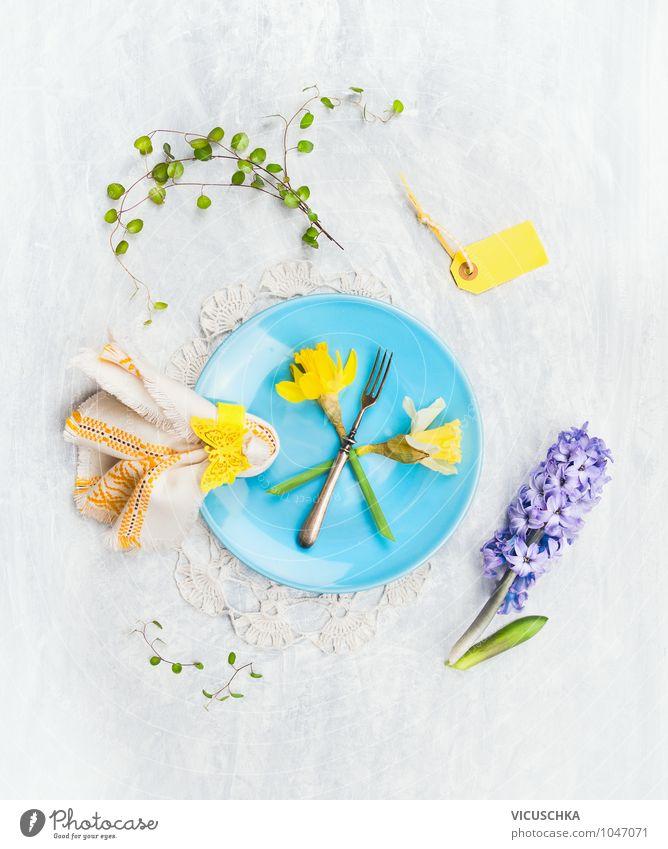 blaue Teller mit Frühlingsblumen, Tisch Dekoration Natur grün Sommer Blume Blatt Haus gelb Liebe Innenarchitektur Stil Garten Feste & Feiern Design