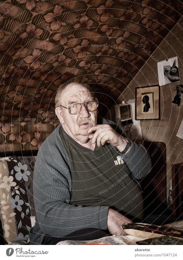 was? Mensch alt Einsamkeit Traurigkeit Senior Wohnung maskulin sitzen 60 und älter Krankheit Rauchen Medikament Übergewicht Wohnzimmer Sorge Rauschmittel