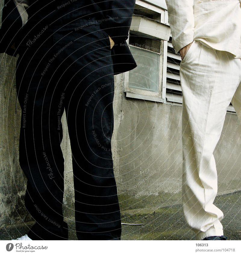 COOL AND A BANG [KOLABO] Mann weiß schwarz Business warten paarweise Anzug Langeweile Bildausschnitt Gegenteil Anschnitt stagnierend lässig Geschäftsleute bewegungslos kopflos