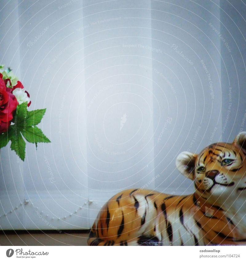 mélancolie de porcelaine Tagtraum Tiger Fensterbrett Stoffblüten Denken Gedanke Fensterladen Jalousie obskur Trauer Verzweiflung schön windowsill silk flowers