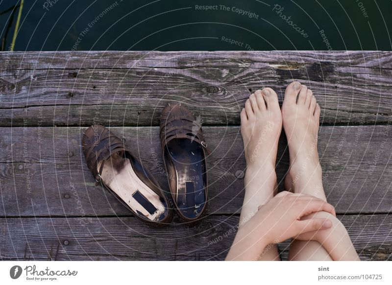 unten am fluss Hand Wasser alt Sommer Erholung Holz Fuß See Schuhe Kraft Fluss Steg Nachmittag Sonntag Wochentag