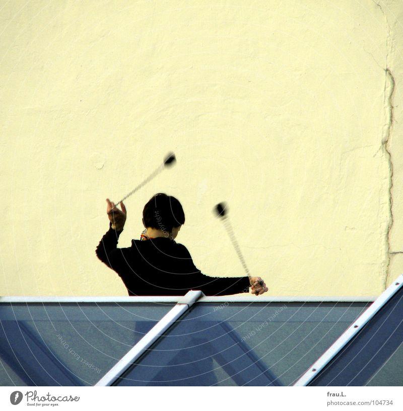 Poi-Swinging Frau jonglieren Schwanz üben Sport Freizeit & Hobby Dach Dachfenster Dachgiebel Haus Oberlicht Ritual Anmut Freundlichkeit Wand Spielen