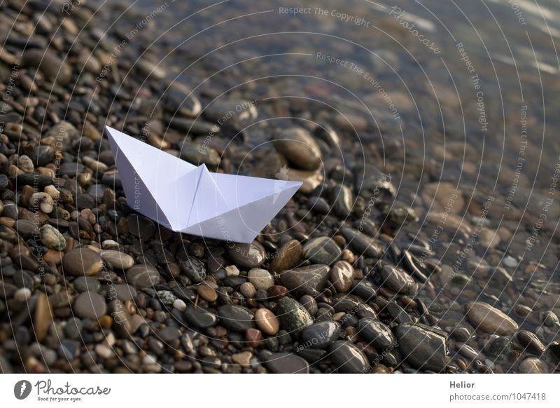 Papierschiff I Basteln Wasser Winter Flussufer Schifffahrt Ferien & Urlaub & Reisen warten Ferne nass braun grau orange weiß ruhig Fernweh Einsamkeit gefährlich