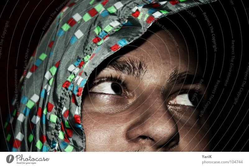 blickkontakt Mann grün blau rot Gesicht Farbe dunkel Nase Suche Perspektive Aussicht Schutz geheimnisvoll Quadrat Jacke verstecken