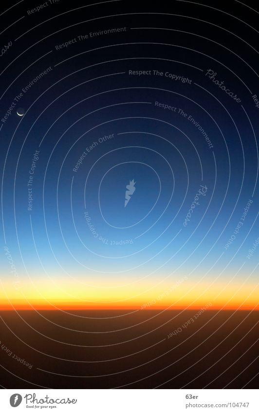 Sonnenaufgang in 33.000 ft. über dem Atlantik Flugzeug Verlauf Sichelmond Horizont schwarz Himmelskörper & Weltall Niveau Farbe Kontrast Mond blau orange
