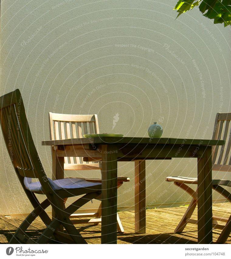 my secret garden. Natur schön weiß Baum grün Sommer Ferien & Urlaub & Reisen Blatt Erholung Wand Holz Wärme Zufriedenheit Möbel Tisch
