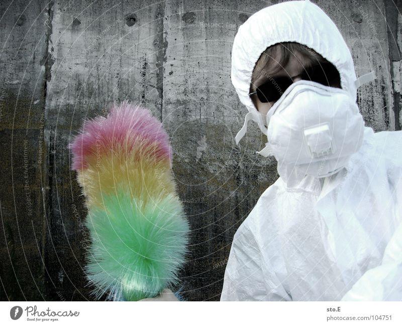[b/w] wedelkämpfer #2 Kerl Körperhaltung weiß Arbeitsanzug Quarantäne Labor Laborant Reinigen Raumpfleger Staubwedel mehrfarbig Mundschutz Sonnenbrille Gelände