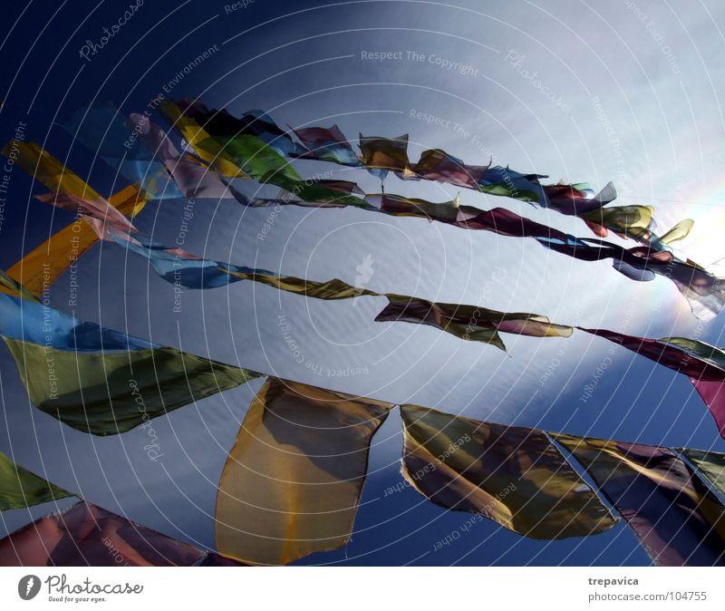 fähnchen I Himmel blau grün Sommer Farbe Sonne Freude Wolken gelb Freiheit Glück Feste & Feiern Luft fliegen Wind Dekoration & Verzierung