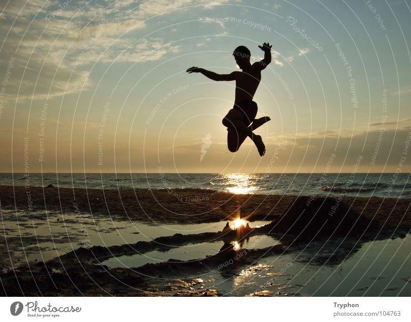 Beachjumping Meer Strand Aktion Sonnenuntergang Außenaufnahme Sommer Abheben Lebensfreude springen abgehoben Ferien & Urlaub & Reisen Freizeit & Hobby frei See