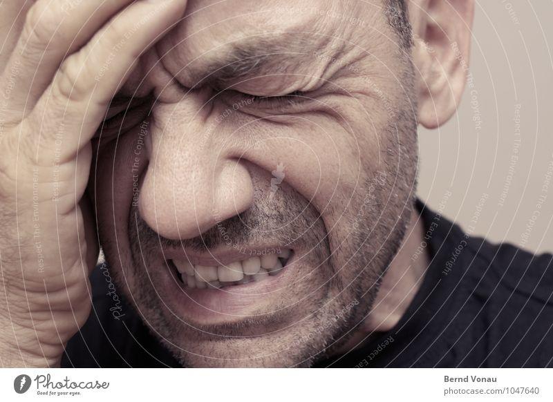 Koppschmerzn Mensch maskulin Mann Erwachsene Kopf Gesicht Finger 1 45-60 Jahre braun Kopfschmerzen festhalten Stirnfalte Hautfalten Dreitagebart Zähne zeigen