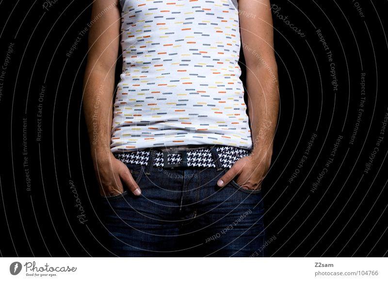 frontal stehen Hand Hosentasche Unterhemd mehrfarbig weiß braun klassisch Gürtel Muster Mensch Mann maskulin Stil lässig hängen hängen lassen Erholung Arme