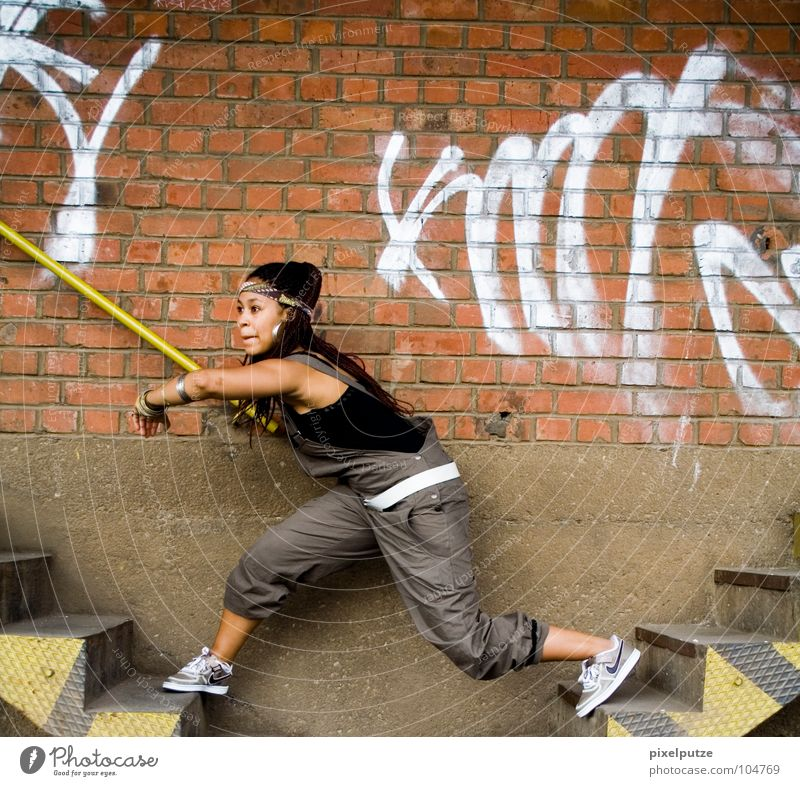 seitenwechsel Frau Graffiti Spielen Mauer Treppe Brücke springen Düsseldorf Fitness Loch schreiten Übergang Wechseln Wandel & Veränderung schleichen