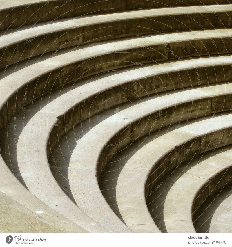 Zebra Beton Geometrie Kreis einfach ruhig aufsteigen Glätte regelmässig Regel Mitte gestreift Muster Streifen Verkehrswege Treppe Stein Schatten Treppenabsatz