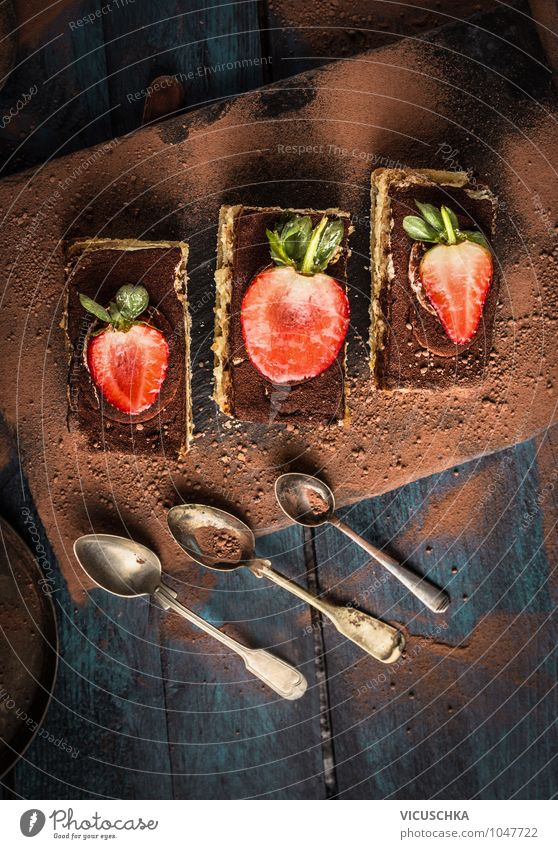 Tiramisu Kuchen mit Schokolade und Löffel blau Sommer Stil Lebensmittel Foodfotografie Design Ernährung Kochen & Garen & Backen Küche Tradition Backwaren Top