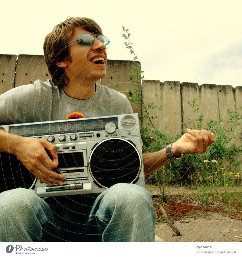 RADIO-AKTIV XIX Mann Kerl Stil Musik Sonnenbrille Industriegelände Beton Ghettoblaster Knöpfe Regler Lautstärke Party musizieren verfallen Mensch Typ Coolness