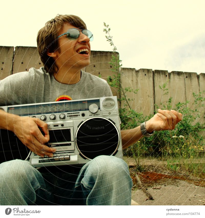 RADIO-AKTIV XIX Mensch Mann Natur Freude Einsamkeit Party Stil Musik Landschaft Feste & Feiern Beton sitzen Coolness verfallen Typ Radio