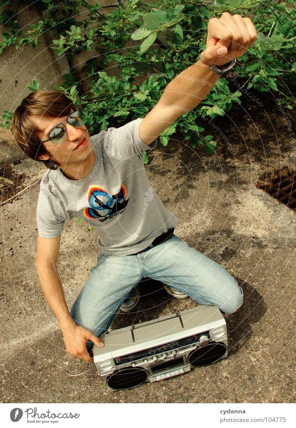RADIO-AKTIV XX Mann Kerl Stil Musik Sonnenbrille Industriegelände Beton hocken Ghettoblaster Knöpfe Regler Lautstärke Party musizieren verfallen Mensch Typ