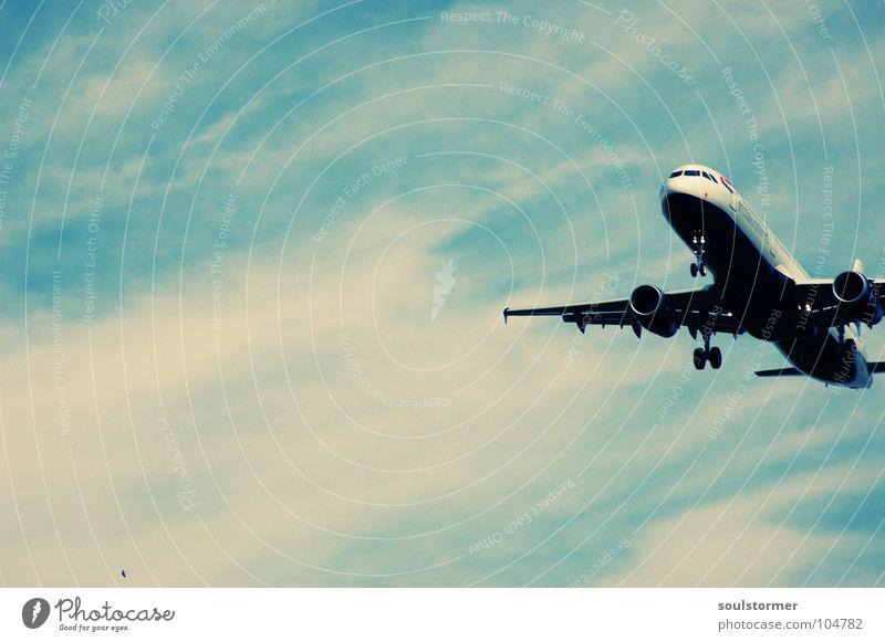 Anflug auf Finkenwerder Cross Processing Grünstich Gelbstich Flugzeug Flugzeuglandung Wolken Ferien & Urlaub & Reisen Erholung kommen braun zurück Triebwerke