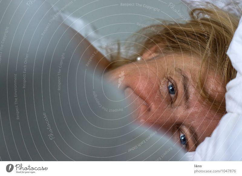 abgetaucht Bett Schlafzimmer Mensch feminin Frau Erwachsene Leben Kopf Haare & Frisuren Gesicht Auge 1 45-60 Jahre blond beobachten liegen Blick warten