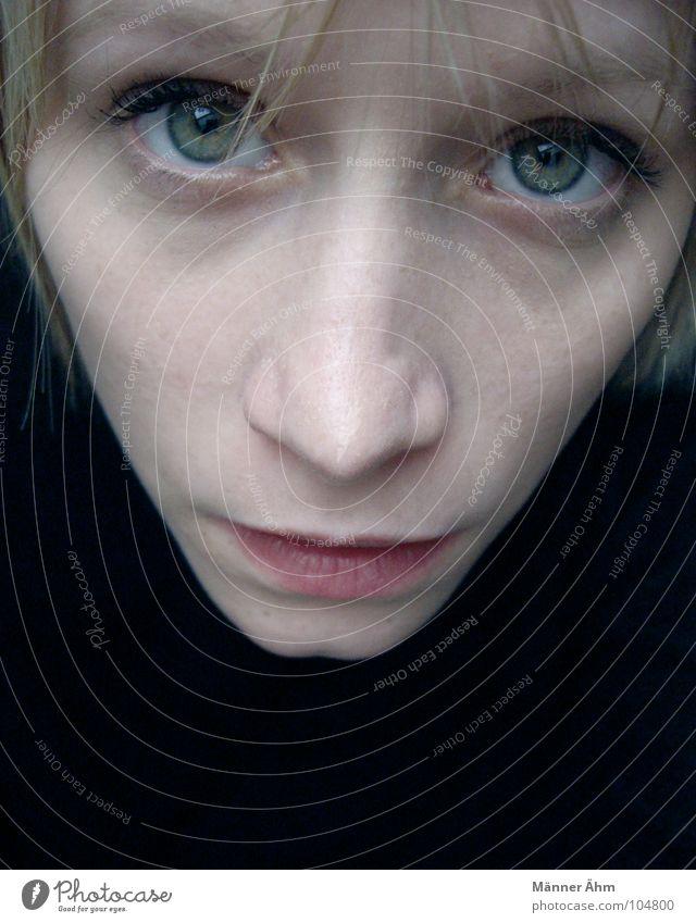 Deine grünen Augen... Frau schön Gesicht schwarz Haare & Frisuren Mund Zufriedenheit blond Nase Pullover Erwartung Fragen