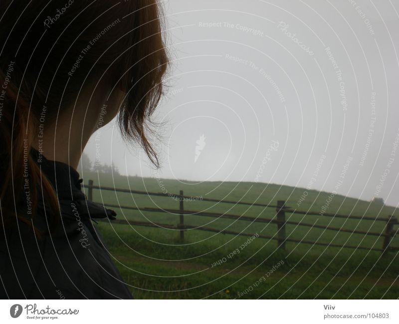 Mama? Ist da das Ende der Welt? Nebel grau Bundesland Tirol neu Wolken Wiese Zaun Gras Baum Frau kalt Nacken Jugendliche Natur Südtirol Rasen Haare & Frisuren
