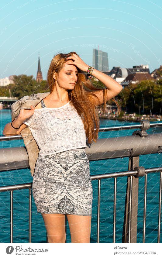 Wo bin ich? Städtereise Mensch feminin Junge Frau Jugendliche Erwachsene 1 18-30 Jahre Stadt Brücke Kleid brünett langhaarig träumen Mut Leidenschaft Farbfoto