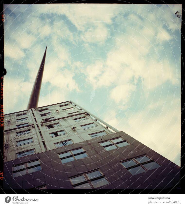 pfeilspitze Design Kunst Wolken Gebäude Architektur Fassade Fenster Pfeil oben Spitze Quadrat Rechteck Berlin Wurfspieß Detailaufnahme
