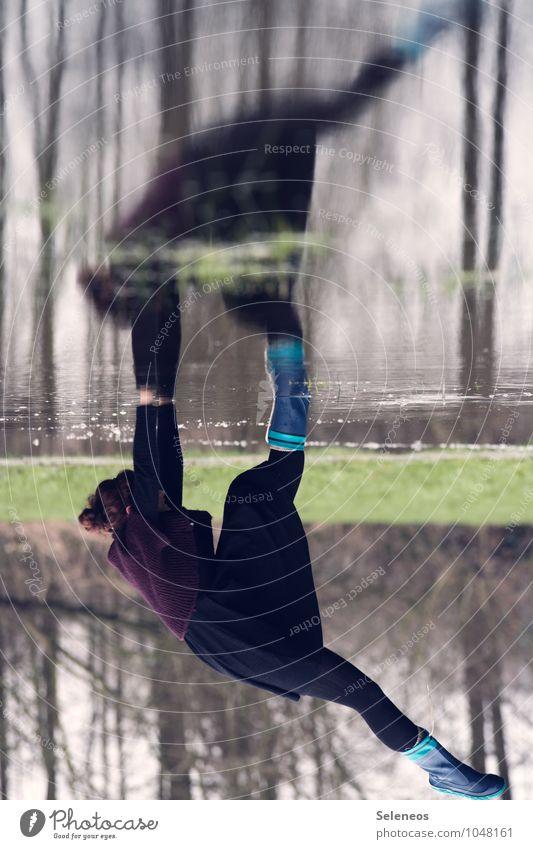 Hals über Kopf Mensch Frau Natur Umwelt Erwachsene feminin natürlich See nass Neugier Seeufer Kleid Flussufer Teich Bach Pfütze