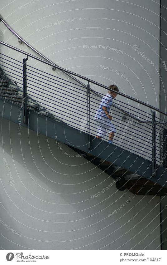 Mit der Jugend geht es abwärts... Kind Junge laufen hoch Treppe modern Turm Kleinkind Geländer aufwärts Wendeltreppe