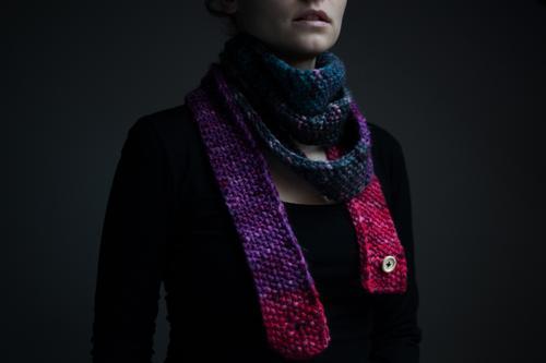 Winter kann kommen Mensch kalt Wärme Herbst feminin Mode Bekleidung Mund weich Erkältung Lippen Knöpfe Accessoire Schal Halsschmerzen