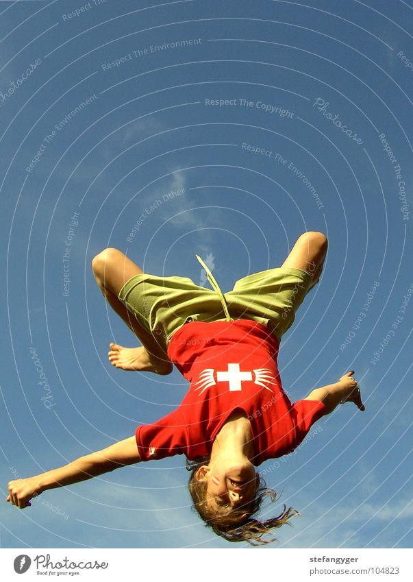 Backflip Himmel Natur grün rot Sommer Freude Wolken Einsamkeit Sport Spielen Freiheit springen Bewegung Haare & Frisuren Arme Freizeit & Hobby