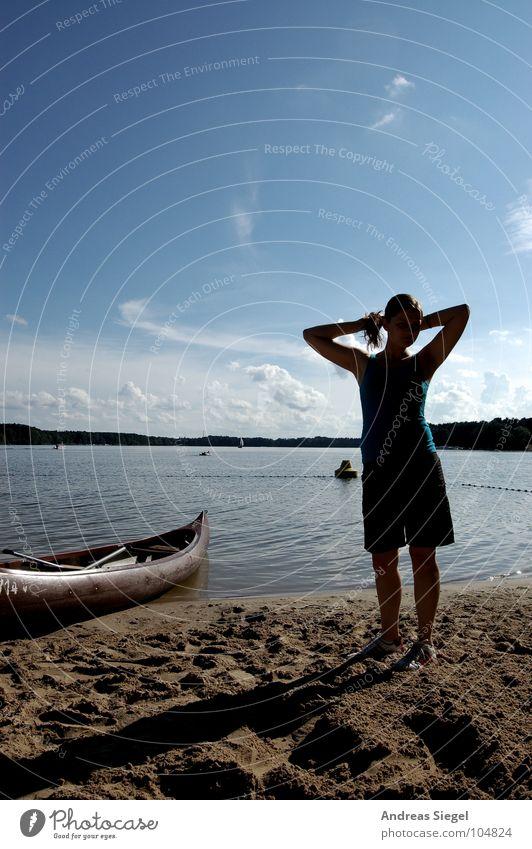 Am See Frau Jugendliche Wasser schön Himmel Sommer Strand Ferien & Urlaub & Reisen Sand Wasserfahrzeug Küste Erwachsene Horizont Schwimmen & Baden