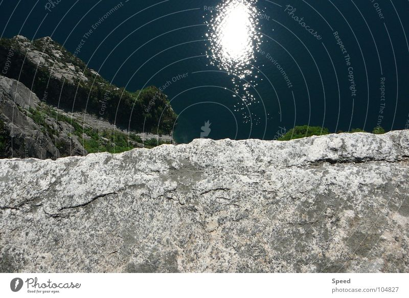 Der Abgrund Am Rand blau Muster Baum Erholung Ferien & Urlaub & Reisen Norwegen Fußweg grau weiß grün Sommer Panorama (Aussicht) Wasser Stein Sonne Spieglung