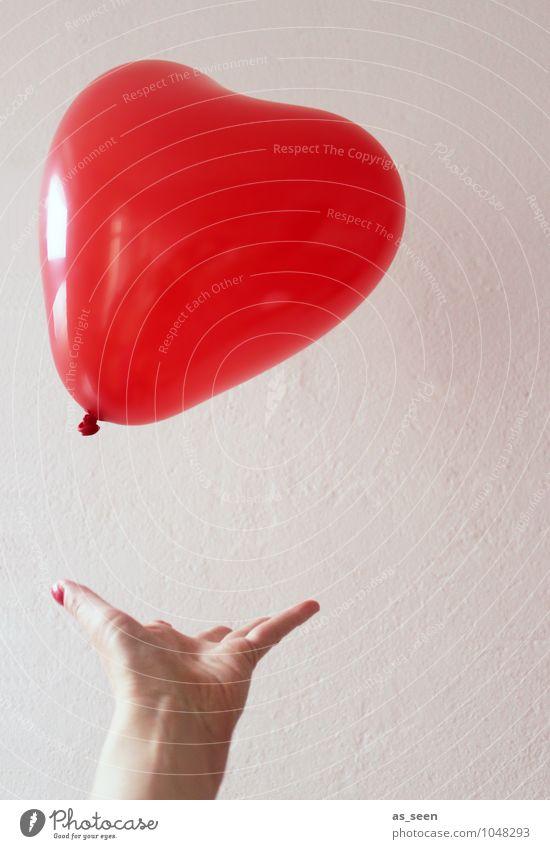Sein Herz verschenken Mensch Frau Farbe Hand rot Erotik Freude Erwachsene Liebe feminin Glück Feste & Feiern fliegen hell Party glänzend
