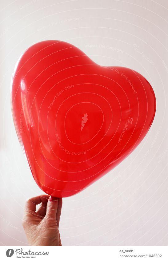 Hold your love Frau Erwachsene Hand Finger 1 Mensch Show Luftballon Zeichen Herz festhalten ästhetisch trendy rot Gefühle Glück Warmherzigkeit Liebe