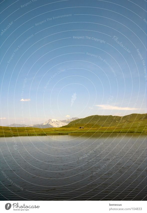 Einsame Berghütte Gebirgssee See Gewässer Gipfel Hügel grün ruhig Einsamkeit schön Sommer Goldener Schnitt Berge u. Gebirge Horizont Wasser blau Himmel