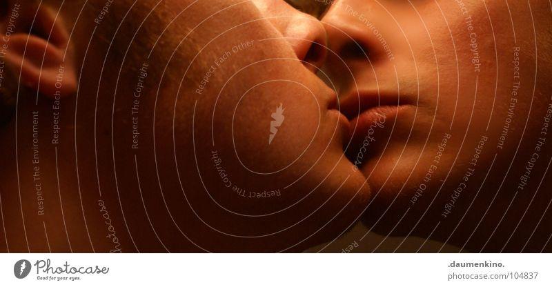 Was ist schon Liebe? Mann Küssen Lippen Bart Licht Sehnsucht Sinnesorgane Spiegel Kinn Vertrauen Mund Nase Ohr Schatten Gefühle Schmerz Haare & Frisuren