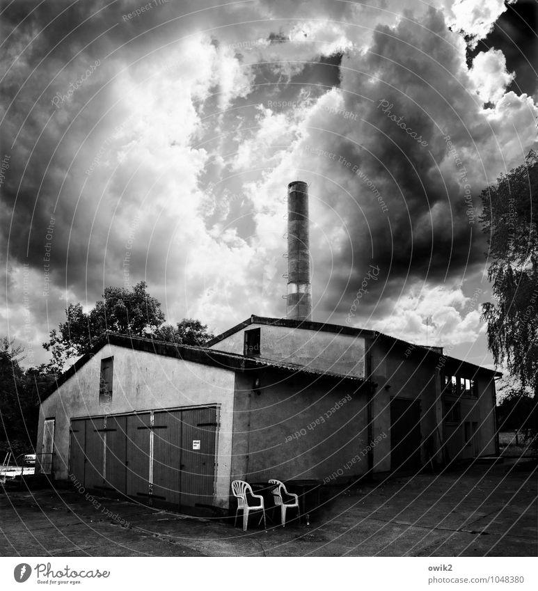 Raucherinsel Himmel Wolken Klima Wetter Schönes Wetter Baum Haus Industrieanlage Gebäude Mauer Wand Fassade Tor Schornstein Plastikstuhl Sitzecke bedrohlich