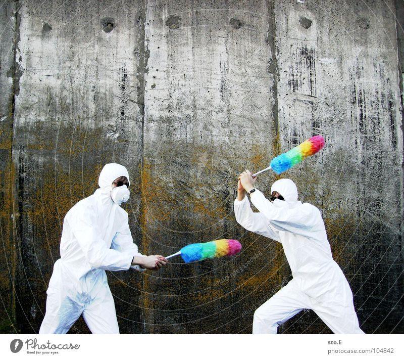 [b/w] wedelkampf Kerl Körperhaltung weiß Arbeitsanzug Quarantäne Labor Laborant Reinigen Raumpfleger Staubwedel mehrfarbig Mundschutz Sonnenbrille Gelände Wand