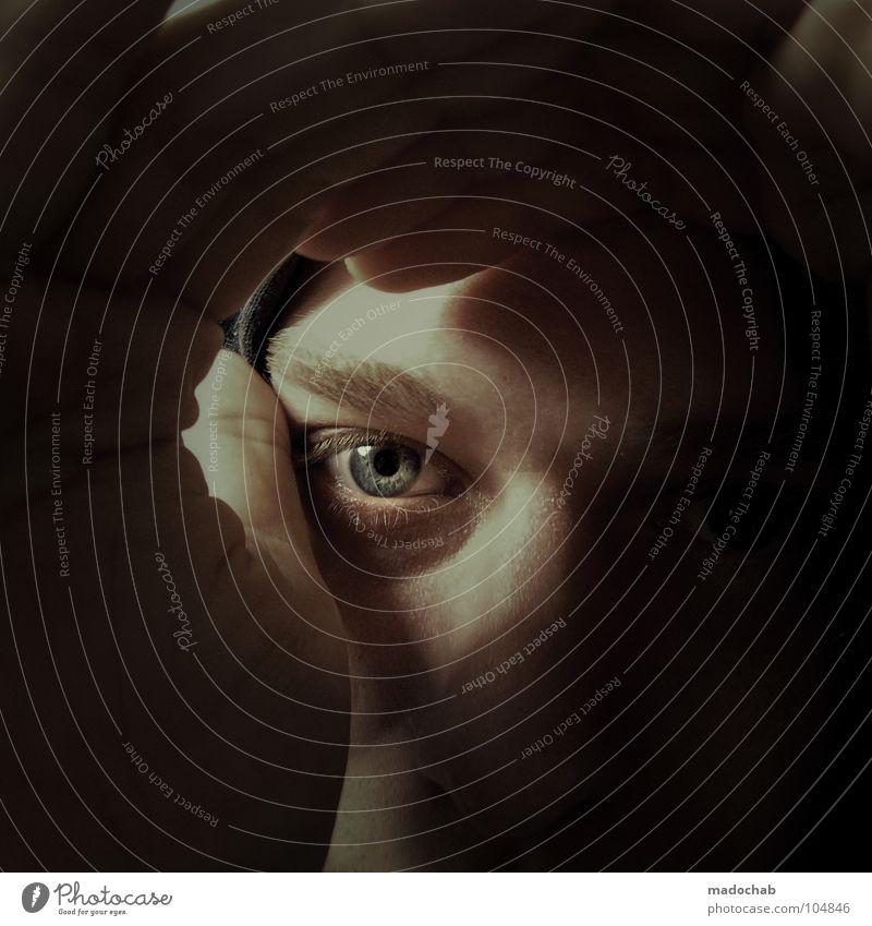 EYECATCHER Mensch Mann blau Hand schwarz ruhig Gesicht Auge dunkel Stil Angst Finger Hoffnung bedrohlich Neugier beobachten