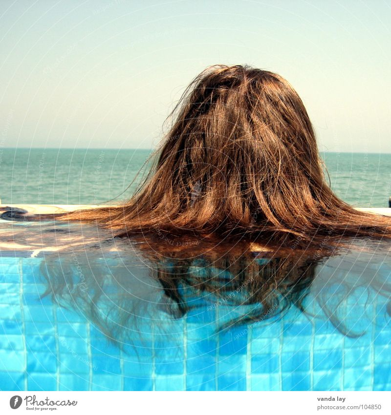 Mop Sommer Schwimmbad Ferien & Urlaub & Reisen Meer braun Frau Kühlung Im Wasser treiben Freibad himmelblau Himmel Horizont skurril Haarschopf Paddel Spielen