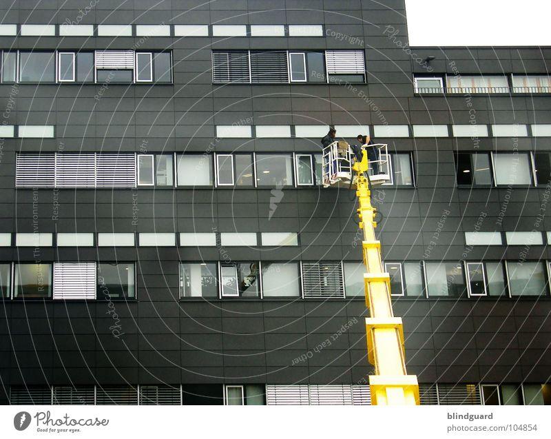 We Wisch You Well Haus Hochhaus Fenster Kran Bürogebäude Gebäude schwindelfrei groß gelb dunkel schwarz Durchblick Einblick 2 Arbeiter dreckig Stahl Beton