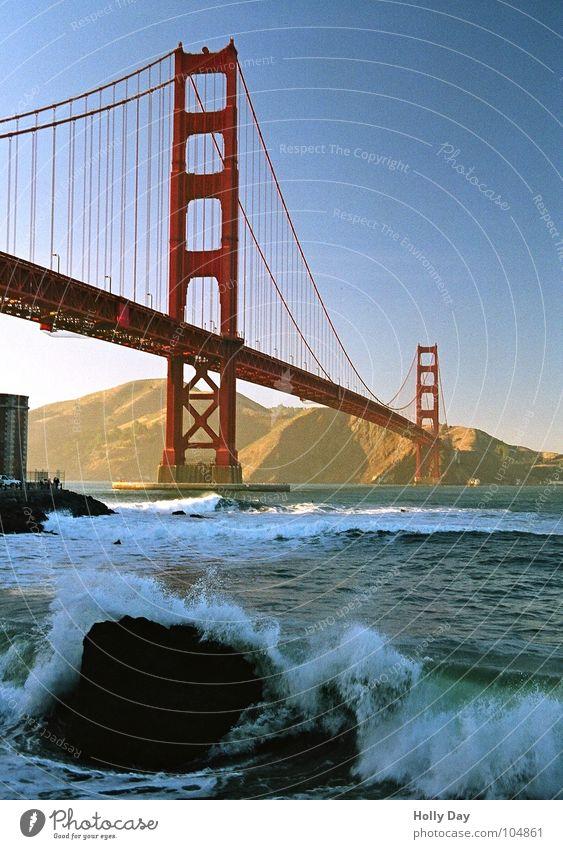 DIE rote Brücke... Golden Gate Bridge Stahl Wellen Wellengang Meer San Francisco Schaum Surfer Küste träumen Hängebrücke Gischt Blauer Himmel USA